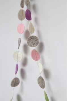 Slinger CIRKEL - Soft tone 3: vrolijke slinger met cirkels in diverse kleuren. Ca. 1,5 m lang, doorsnede cirkels ca. 2,5 cm. Naar wens op maat gemaakt in de door jou gewenste kleuren!