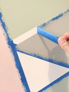 tutorial para pintura decorativa com fita crepe Feature Wall Bedroom, Bedroom Wall, Mural Art, Wall Murals, Frog Tape Wall, Geometric Wall Paint, Room Wall Painting, Paint Designs, Colorful Interiors