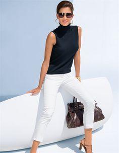 Pullover, 7/8-Jeans mit Zippertaschen, Leder-Sandalette mit Fersenriemchen, Sonnenbrille im Pilotenstil