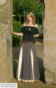How To Wear Belts Learn More About Peasant Skirts And How To Wear Them - Discover how to make the belt the ideal complement to enhance your figure. Costume Roi, Costumes, How To Wear Belts, Gypsy Style, My Style, Peasant Skirt, Renaissance Costume, Renaissance Skirt, Mode Boho