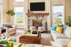 These Home Staging Mistakes Are Impossible For Buyers To Forget - decoration ideas Small Living Room Design, Small Living Rooms, Living Room Designs, Home Staging, Bedroom Seating, Living Room Seating, Foyers, Geeks, Above Fireplace Ideas