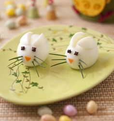 Small mouse in hard egg – Ôdélices: Easy and original cooking recipes! Healthy Desserts For Kids, Fun Snacks For Kids, Kids Meals, Creative Food Art, Childrens Meals, Food Carving, Edible Arrangements, Weird Food, Food Decoration
