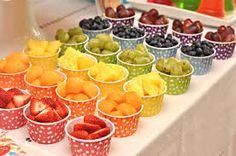 Como servir frutas em festas infantis. Copinhos coloridos,frutas criativas,crianças saudáveis e felizes