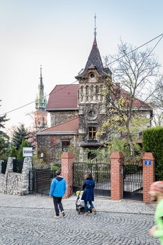 Kościół św. Józefa w Krakowie (Podgórze) widziany z placu Lasoty.  St. Joseph's Church in Podgórze district of Cracow, Poland as viewed from Lasota square