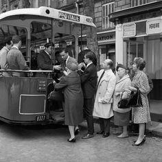 """1950 +...  -  les bus pour aller travailler ou se déplacer. L'employé tirait la chaine pour que le bus démarre et ça faisait """"bling bling"""" . J'ai connu ça quand j'étais gamine."""