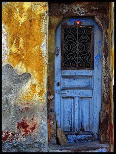 beautiful old blue door Cool Doors, Unique Doors, Portal, Knobs And Knockers, Door Knobs, Entrance Doors, Doorway, Beautiful Architecture, Architecture Details