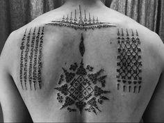 Tatouage bouddhiste , sak yant, sak Yan, tatouage, tattoo, bouddhiste, magique, protection, sacré, religieux, famille, thai, thailande, Cambodge, cambodgien, khmer, moine, contre le mal, symbole, chance, amour, argent, charme, signification, ha taew, gao yord, paed tidt, voyageur, boussole, spirale, mauvais, esprit, unalomee, tigre, Hanuman,bouddha, écriture, bamboo, bambou, lana, lotus, khem sak, baguette, ajarn, maître, moine, tatoueur, asiatique, thaïlandais, design, muay thai