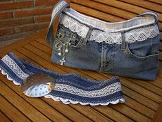 18 different flowers from denim (pictures only).should be able to figure out from different flower pins on my board. Denim Tote Bags, Denim Purse, Jean Purses, Purses And Bags, Jeans Refashion, Sewing Jeans, Denim Ideas, Denim Crafts, Recycled Denim