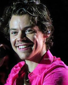 Image about love in Harry Styles ❤️ by ♡Annuzzzzka♡ Mr Style, Treat People With Kindness, Creative Portraits, Harry Edward Styles, Pink Aesthetic, Celebs, Celebrities, Aesthetic Pictures, Fashion Pictures