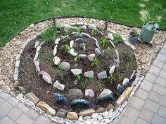 werfen sie einen blick auf diese idee zum thema gartengestaltung - eine schöne kräuterspirale mit kleinen steinen und verschiedenen hräutern