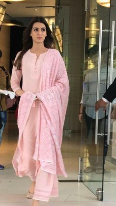 Haute spot for Indian Outfits. Salwar Designs, Kurta Designs Women, Kurti Designs Party Wear, Indian Attire, Indian Ethnic Wear, Indian Outfits, Stylish Dresses, Simple Dresses, Baby Pink Dresses