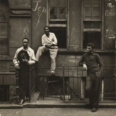 I miss this the most about NY. Being on the stoop. Three Men on a Stoop, East Harlem, New York, 1952 Harlem Nyc, Harlem New York, History Of Photography, City Photography, Street Photography People, Vintage Photography, Gordon Parks, Black And White City, Harlem Renaissance