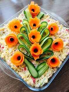 The 12 best ideas for arranging salad plates for guests on the banquet table Top-Rezepte.de - The 12 best ideas for arranging salad plates for guests on the banquet table Top-Rezepte. Salad Design, Food Design, Fruit And Vegetable Carving, Veggie Tray, Vegetable Salad, Veggie Food, Food Carving, Food Garnishes, Garnishing Ideas