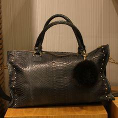 은은한 그레이 컬러의 애니멀 패턴으로 장식한 고급스러운 핸드백 @롯데백화점 bagnbag