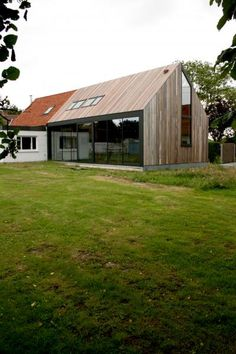 Wood is by far one of the best materials to use in architecture. Get inspired! Timber Architecture, Architecture Design, Roof Design, House Design, Extension Veranda, Modern Farmhouse Exterior, Small Buildings, Modern Barn, House Extensions