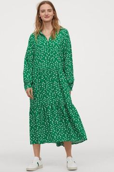 Calf-length dress in an airy viscose weave with a collar, concealed buttons at the top and long raglan sleeves with buttoned cuffs. Relaxed fit with a gathe Strappy Maxi Dress, Maxi Shirt Dress, Fashion Art, Fashion 2020, Plus Size Maxi Dresses, Summer Dresses, Black Collared Dress, Style Personnel, Manga Raglan