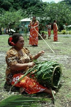 Samoan woman weaving a basket. Reminds me of my grandma and aunt I use to love watching them weave baskets. Tonga, We Are The World, People Of The World, Vanuatu, Samoan Women, Samoan People, Tiare Tahiti, Indigenous Art, French Polynesia