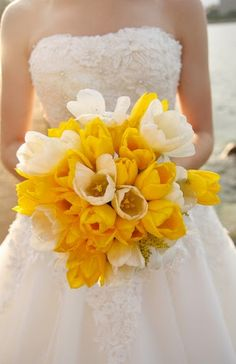 So fresh and lively yellow and cream bridal bouquet #flowers #yellow #yellowwedding #bouquet #wedding
