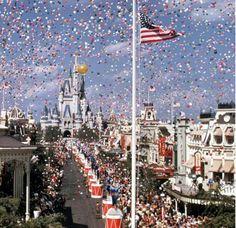 Dia 1 de outubro é uma dia muito especial para o Walt Disney World Resort!  Em 1971 o Magic Kingdom foi inaugurado e logo depois o Epcot em 1982!   PicadoTur - Consultoria em Viagens   Agencia de viagem   picadotur@gmail.com   (13) 98153-4577   Temos whatsapp, facebook, skype, twiter.. e mais! Siga nos 