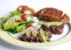 Gebakken ossenhaas met bearnaisesaus en aardappelblokjes met een salade van romaanse sla, radijsjes, verse kervel en witlof. #ossenhaas #beef #bearnaise #salad #potatoe #gebakkenaardappel #biefstuk #saus #salade #witlof #kervel #huisgemaakt #homemade #homecooking #foodie #instafood #instagood #foodpic by @karelzwa #dinner