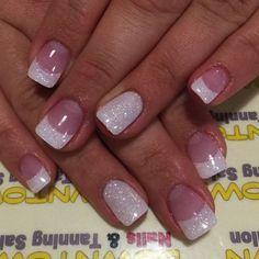 Ideas de decoración de uñas cortas para novias. Manicuría francesa con glitter.