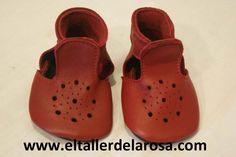 Patucos de bebé fabricados artesanalmente en auténtica piel de las mejores calidades. http://www.eltallerdelarosa.com/patucos-de-bebe/298-patucos-de-bebe-sandalia-rojo.html