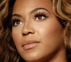 I love Beyonce's makeup right here! Really pretty!