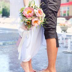 Свадебный букет с пионами и полевыми цветами