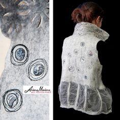 Gilet extraordinaire dart textile, Vêtement pour femme en feutre nuno, Pièce unique dart textile contemporaine Gilet réversible en laine mérinos, soie & broderie   Une pièce dunique dart textile, crée entièrement à la main en France à partir des fibres de laines mérinos extra douces en grise et blanche, ainsi que des magnifiques soies.  Le col est travaillé à la japonaise et avec une design dentelle floral extraordinaire. Le tout est embellie en piquée libre.  Sans couture, le gilet est r...