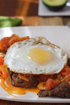 Bistec a Caballo: Colombia dish of steak with a tomato and onion sauce and fried egg. Colombian Dishes, Colombian Cuisine, Colombian Recipes, Mexican Food Recipes, Diet Recipes, Cooking Recipes, Healthy Recipes, Fun Easy Recipes, Easy Meals