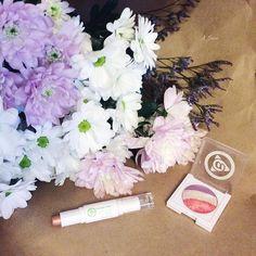 Добрый вечер, дорогие девушки! Хочется пожелать вам всегда цвести душой и получать букеты комплиментов от окружающих Кстати, о букетах, расскажите, какие у вас любимые цветы? Я вот обожаю простые: хризантемы, герберы и любые садовые цветы  #цветы #мэрикэй #хризантемы #букет #тени #тенидляглаз #нежность #marykay #flowers #bouquet #likes #potd #instagood #followme #a_saeva