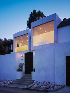 Stunning modern minimalist residence designed by Griffin Enright Architects with views over Hollywood and out to the Pacific Ocean