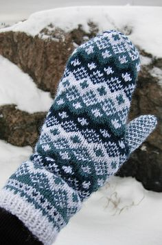 102_0925 Fall Knitting, Fair Isle Knitting, Knitting Stitches, Knitting Patterns Free, Mittens Pattern, Knit Mittens, Knitted Gloves, Knitting Socks, Vintage Cross Stitches