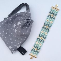 Bracelet tissé perles Bead Loom Patterns, Bracelet Patterns, Beading Patterns, Seed Bead Jewelry, Bead Jewellery, Beaded Jewelry, Perle And Co, Weaving Machine, How To Make Leather
