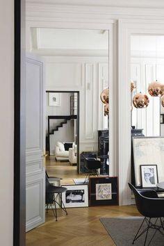 Des éléments déco très modernes pour le salon et la salle à manger;