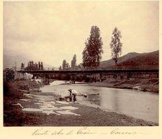 Puente Sucre sobre el río Guaire Año: finales del siglo  XIX Actualidad: Puente Hierro.Vista de El Paraíso, San Martín y La Vega, desde el cerro en donde hoy se encuentra los túneles de La Planicie. 1894.