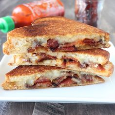 Sriracha candied bacon, sandwiched between melty cheese and buttery, toasted bread, yes please! This grilled cheese recipe is sure to be a new favorite! Sriracha Recipes, Bacon Recipes, Great Burger Recipes, Bacon Wrapped Meatloaf, Ideas Sándwich, Queso Fundido, Candied Bacon, Grilled Cheese Recipes, Light Snacks