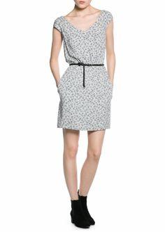 MANGO JURK MET BLOEMETJESPRINT REF. 21013589 - VERA €39,99  Lichte mouwloze jurk met bloemetjesprint. V-hals, elastische tailleband met verwijderbare ceintuur en twee steekzakken. Knoopsluiting aan de achterkant en voering