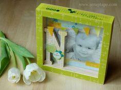 boite vitrine decorée avec du masking tape, une lettre monogramme et une photo