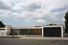 The Tugendhat Villa is a masterpiece of the Modern Movement in architecture. The German architect Mies van der Rohe applied th. Movement In Architecture, Architecture Board, Interior Architecture, Ludwig Mies Van Der Rohe, International Style, New Art, Street, Building, Outdoor Decor