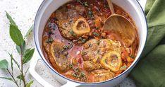 """Plat italien réalisé avec des jarrets de veau, l'osso bucco signifie """"os troué"""". Pour un repas convivial, il est plutôt simple à préparer en cocotte et fera à l'heure du repas, le bonheur de toute la famille. Osso Bucco Porc, Batch Cooking, Vinaigrette, Curry, Pork, Food And Drink, Marie Claire, Meat, Baking"""