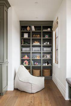 Decoration Hall, Built In Shelves, Green Shelves, Wall Shelves, Home Studio, Studio Room Design, Design Case, Kid Spaces, Small Spaces