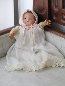 Antique Bebé from the marked Armand Marseille. It has the body of clothes and head of bisque  (porcelain).At the nape of the neck it bears the AM Germany brand, the number cannot be appreciated much.