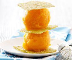 Kaki-Sorbet mit Pistazien-Cracker: Augen- und Gaumenschmaus zugleich - die Kakis sorgen für die herrliche orange Farbe dieses #Sorbets. #Rezept #Dessert #Festmenü