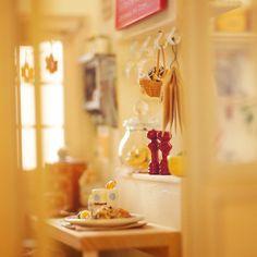"""Let's have fun taking pics of the work I made in the past!!"" Vol.01- ""cafe @ home"", made in 2004, 1/16 scale  昔作った作品を引っ張り出してきて写真撮って楽しもー‼️シリーズ、その1。この頃は同じの2つ作って1つは自分用にしてました。すんごい手間…。 #miniature #dollshouse #diorama #ochibitsminiatures #ミニチュア #ドールハウス #オチビッツのミニチュア"
