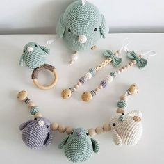 || VAKANTIE 11-8 / 21-8 || Ik ga er even een weekje tussenuit (naar de zon🌞). Alle bestellingen die vanaf nu worden geplaatst tot 21 augustus, worden vanaf 22 augustus weer verder in behandeling genomen! P.S. Hoe leuk is dit setje?! 😍💚 #angelshandmade #handgemaakt #handmade #haken #hakeniship #crochet #babytoy #babygift #babyshower #kraamcadeau #babykamer #wagenspanner #rammelaar #rattle #speenkoord #muziekdoosje #muziekmobiel Baby Boy Knitting, Crochet Baby Toys, Crochet Animals, Crochet For Kids, Diy Crochet, Newborn Knit Hat, Newborn Toys, Newborn Crochet, Handgemachtes Baby