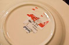 Utilisez du vinaigre blanc pour enlever étiquette sur une assiette / Une étiquette de prix a du mal à s'enlever ? Pas de souci, sortez le vinaigre blanc. Imbibez l'étiquette de vinaigre blanc avec une éponge et frottez. Recommencez l'opération pour supprimer tous les résidus. Ça marche aussi bien pour les étiquettes que les autocollants collés sur du verre, du plastique ou du bois.