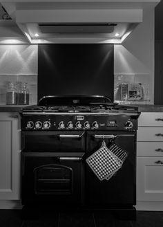 Falcon fornuis. Bij deze klant heeft Keukenstudio Regio Oost een schitterende retro keuken met kookstoof mogen realiseren, het geheel inclusief aankleding en decoratie getuigt van smaak! Gerealiseerd te Haaksbergen door Keukenstudio Regio Oost te Rijssen - www.keukenstudio.nl