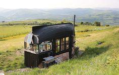 This would make a nice small house. Very cute idea! cabane faite avec une barque pour le toit