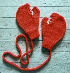Lobster Claw Mittens • Free tutorial with pictures on how to make mittens in 4 steps #howto #tutorial
